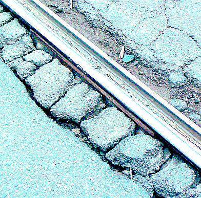 Traffico, buche e rotaie: non è una città per ciclisti