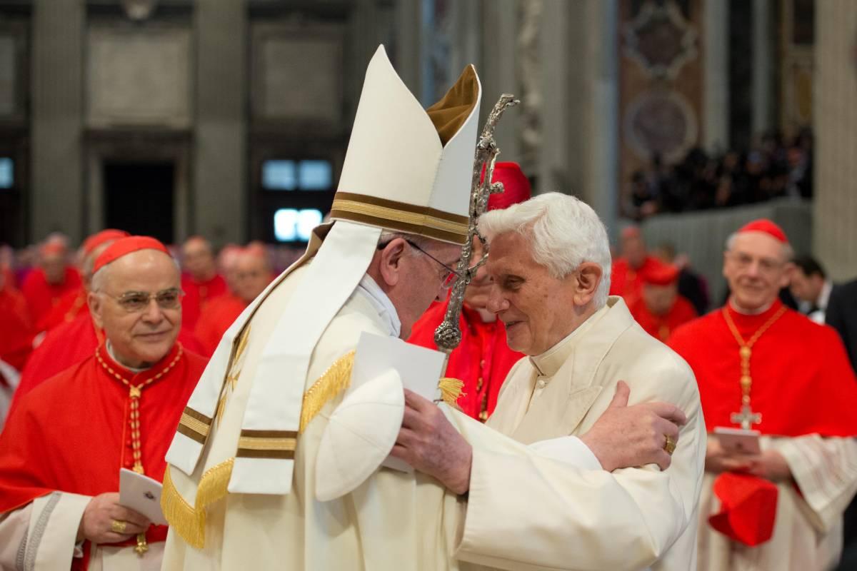 Benedetto XVI saluta Francesco durante il concistoro del 22 febbraio