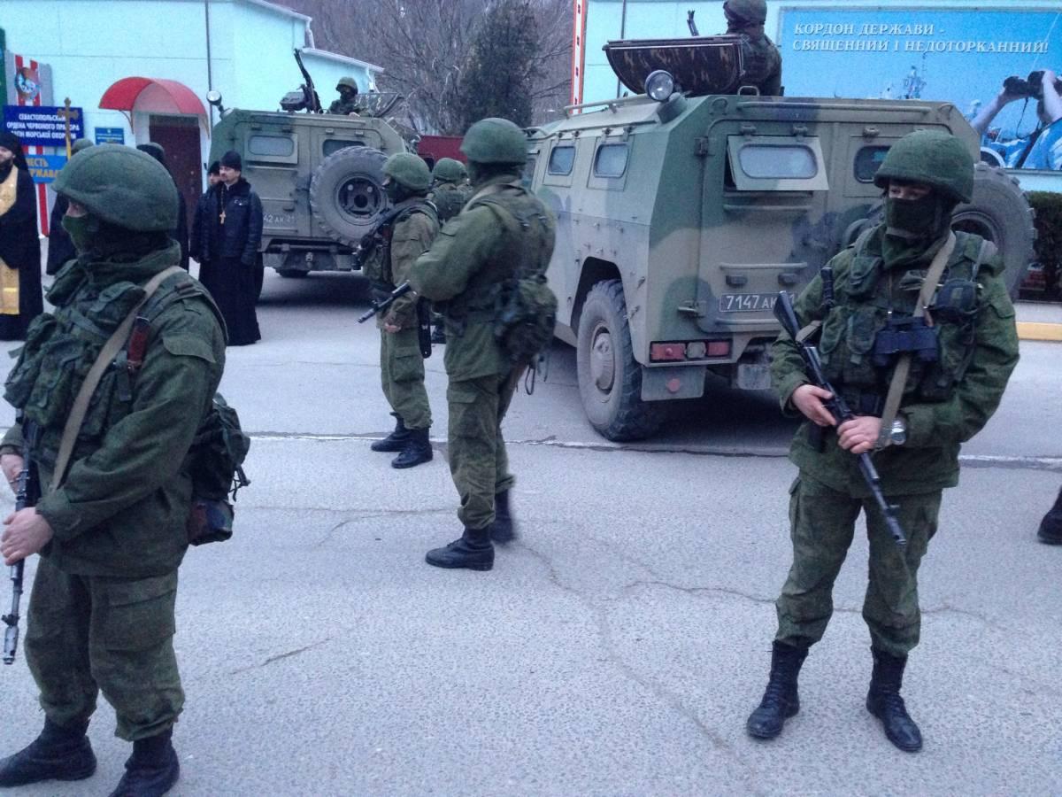 Soldati russi nella città di Balaklava / Fausto Biloslavo
