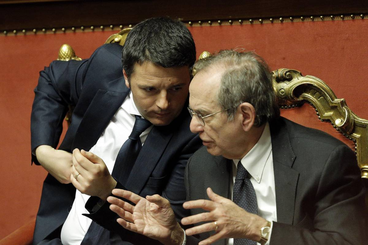 Il premier Matteo Renzi col ministro dell'Economia Pier Carlo Padoan