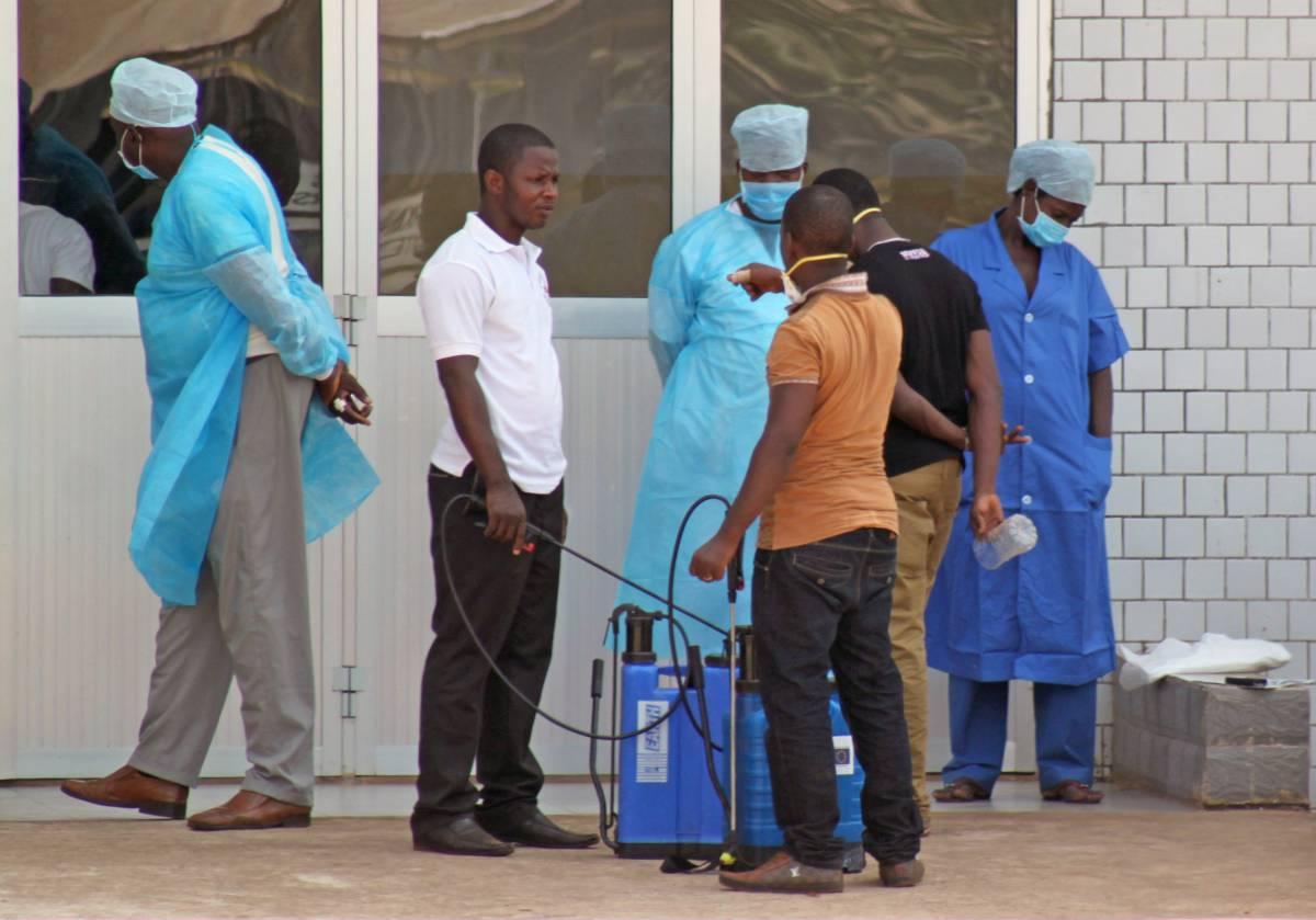 Personale medico assiste sospetti malati di ebola a Conakry, Guinea