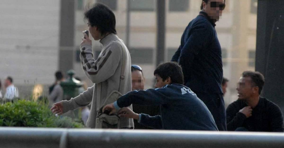 Un baby rom borseggia un turista in stazione Centrale a Milano