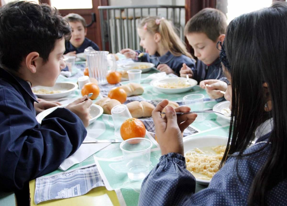 Genitori non possono pagare la mensa: tonno e cracker alla bimba