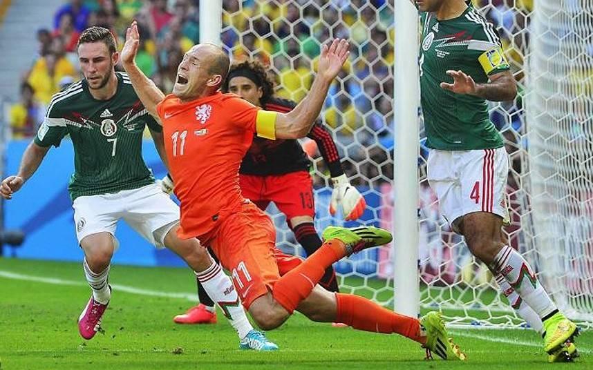 Una caduta di Robben nel corso del match con i Messicani