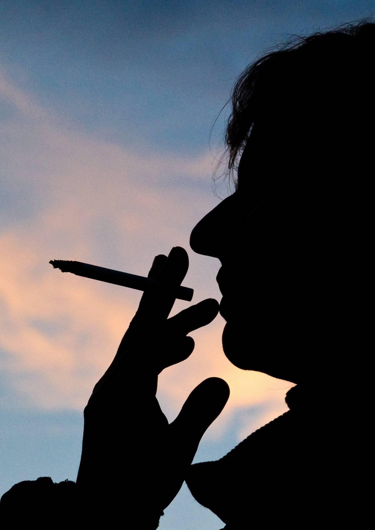 Sparisce la tassa sui fiammiferi, ma aumentano quelle sulle sigarette