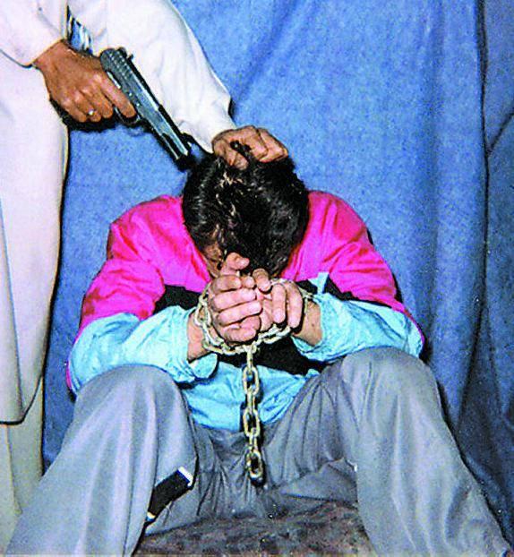 """Imam condanna a morte una coppia: """"Mettevano il costume da bagno al mare"""""""