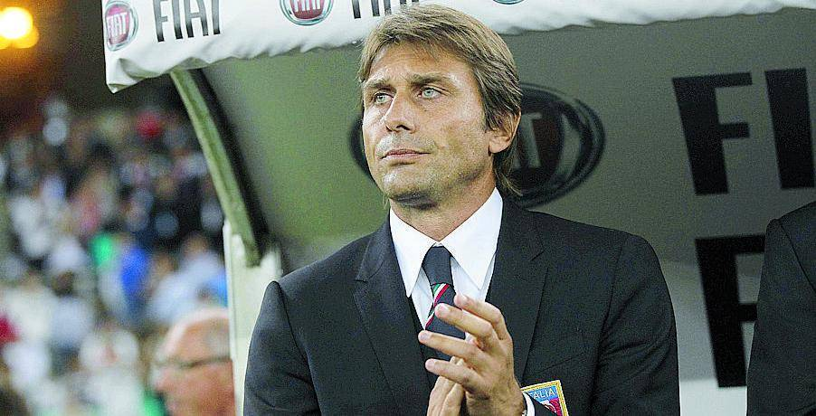 Antonio Conte,  45 anni, con la Juve  ha vinto  8 scudetti:  5 da giocatore e 3, di fila,  da allenatore. Ora è ct azzurro
