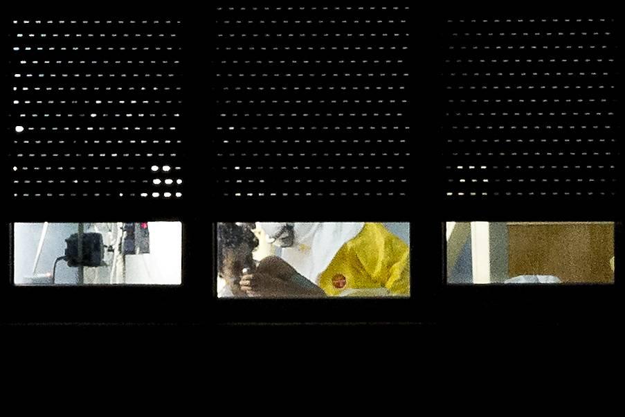 Un medico all'ospedale Carloss III di Madrid, dove è ricoverata un'infermiera contagiata dall'ebola