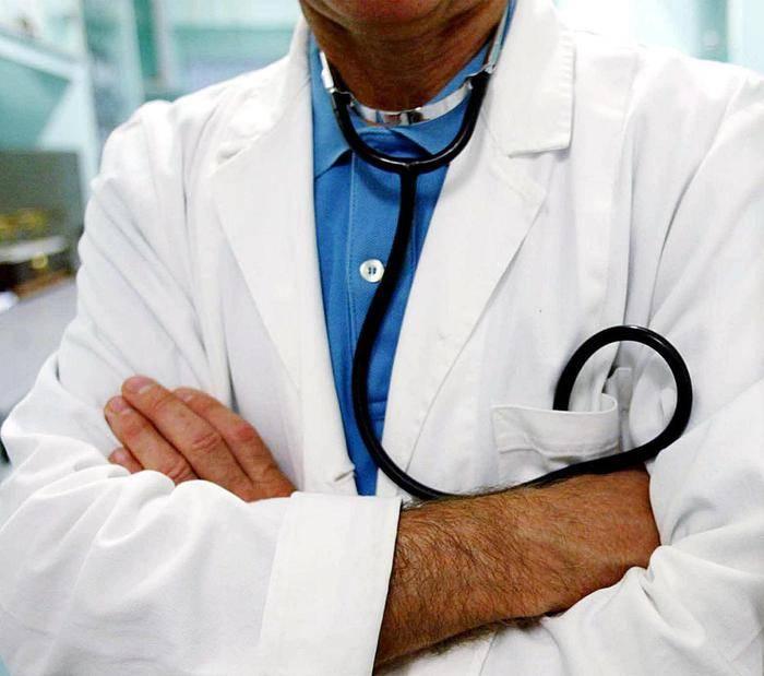 Bacia il seno alla paziente, medico incastrato dal Dna