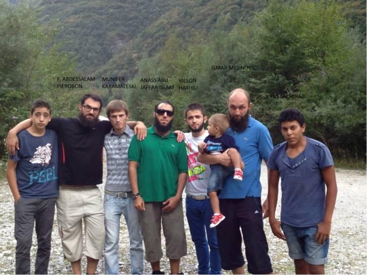 Mesinovic col piccolo Ismail e alcuni amici
