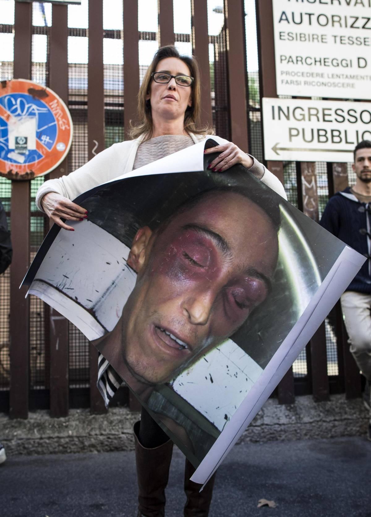 La sorella di Stefano Cucchi con la foto del fratello morto