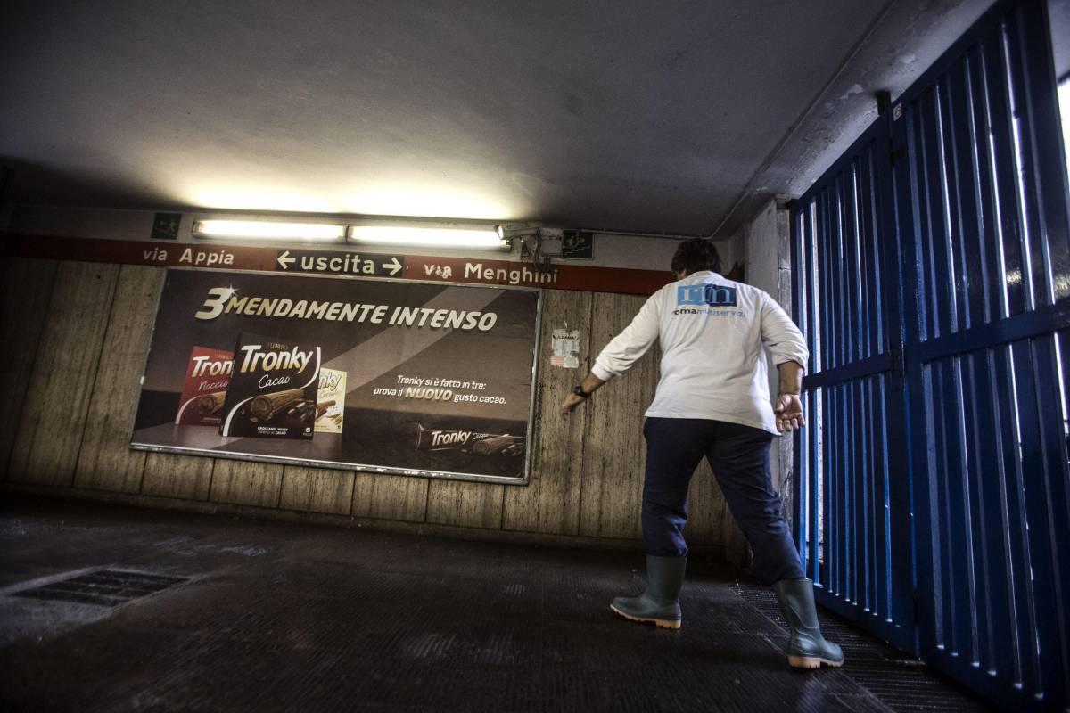 Operai a lavoro nella fermata della metro A Colli Albani chiusa per il maltempo