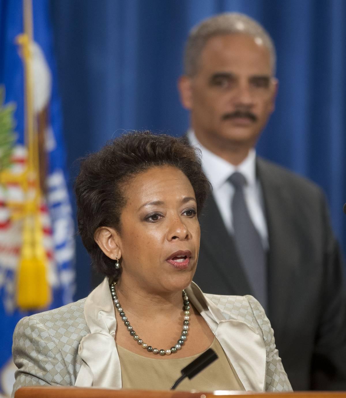 In primo piano Loretta Lynch, sullo sfondo l'ex procuratore generale Eric Holder