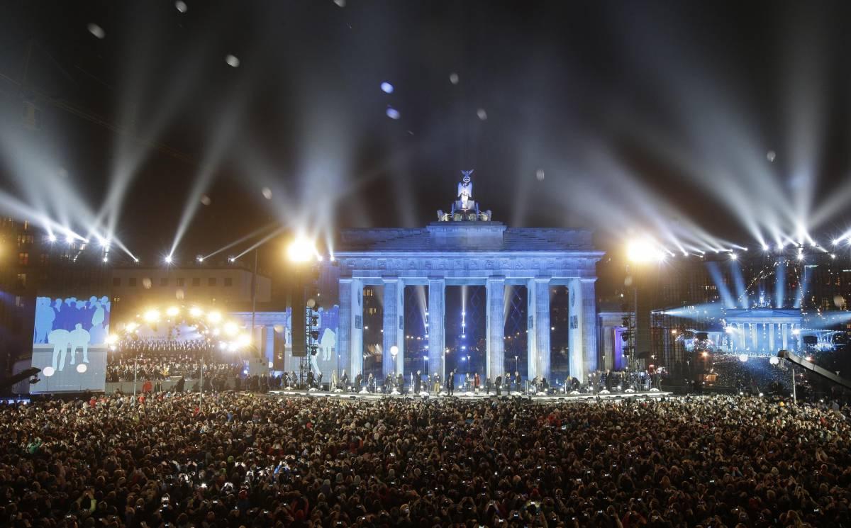 Berlino festeggia la fine di un incubo ma i muri restano