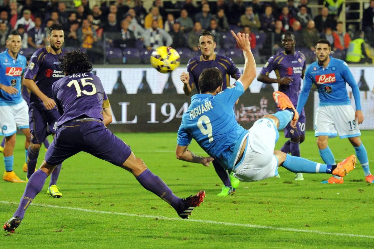 Gonzalo Higuain in rovesciata contro la Fiorentina