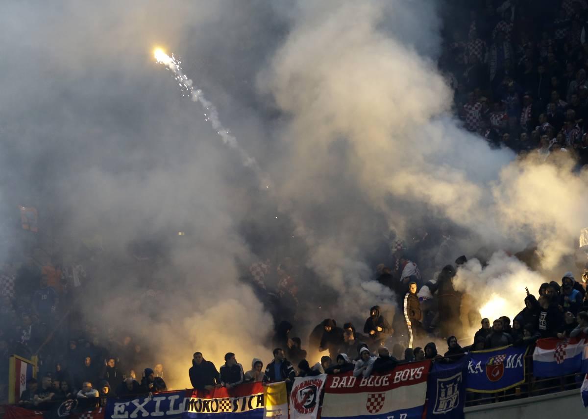 Tifosi croati lanciano fumogeni a San Siro