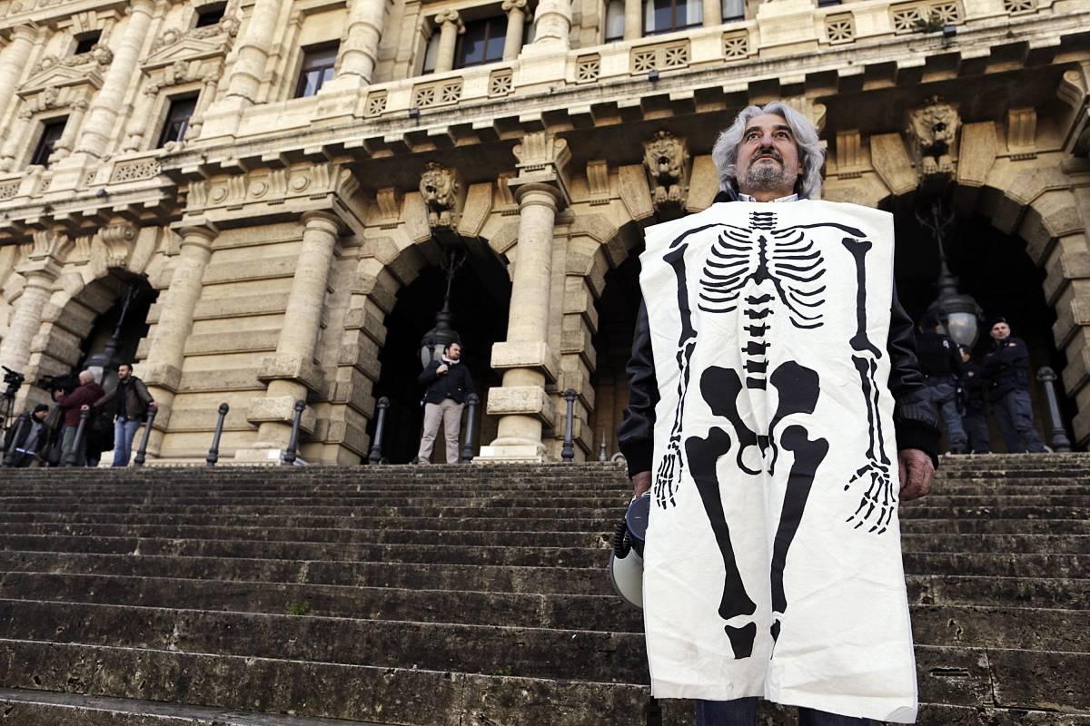 Un manifestante vestito da scheletro all'entrata della Corte di Cassazione