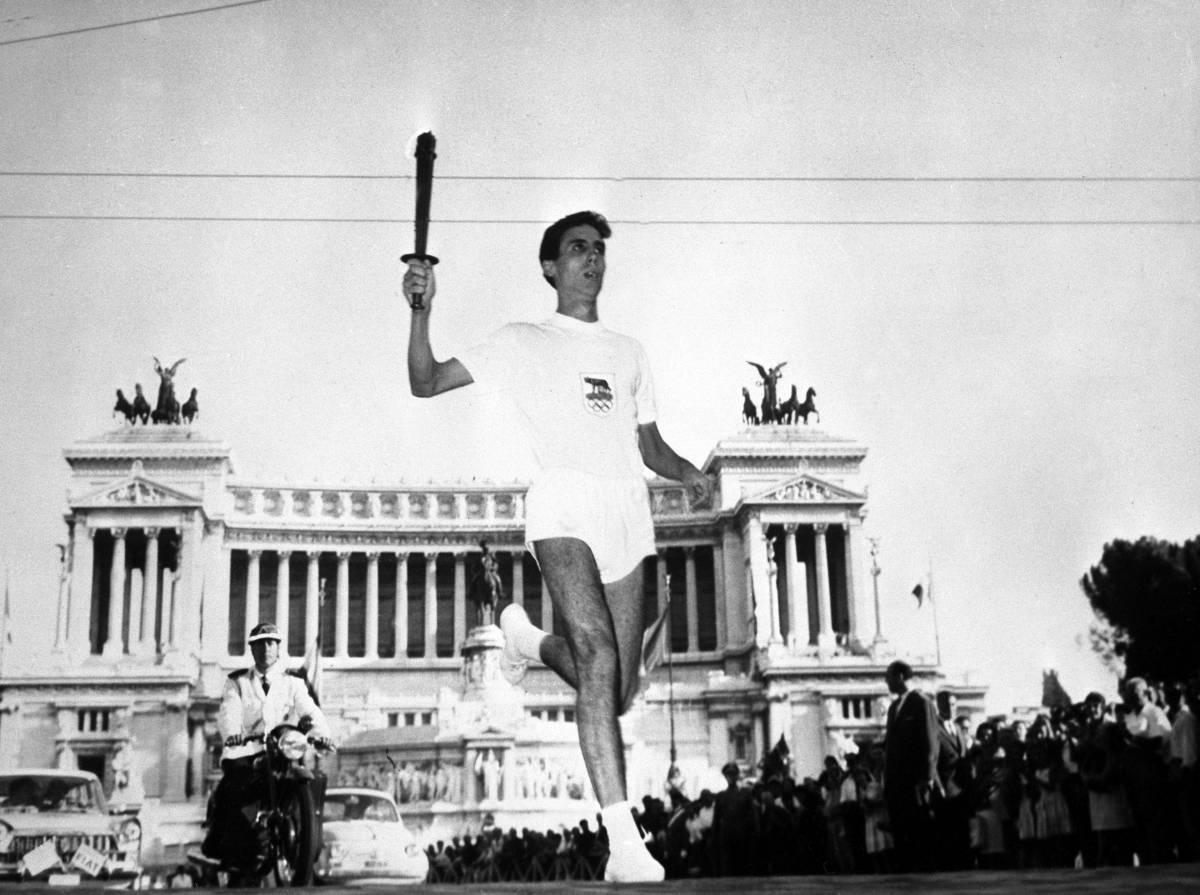 Ai Giochi del 1960 la fiaccola olimpica passa per piazza Venezia