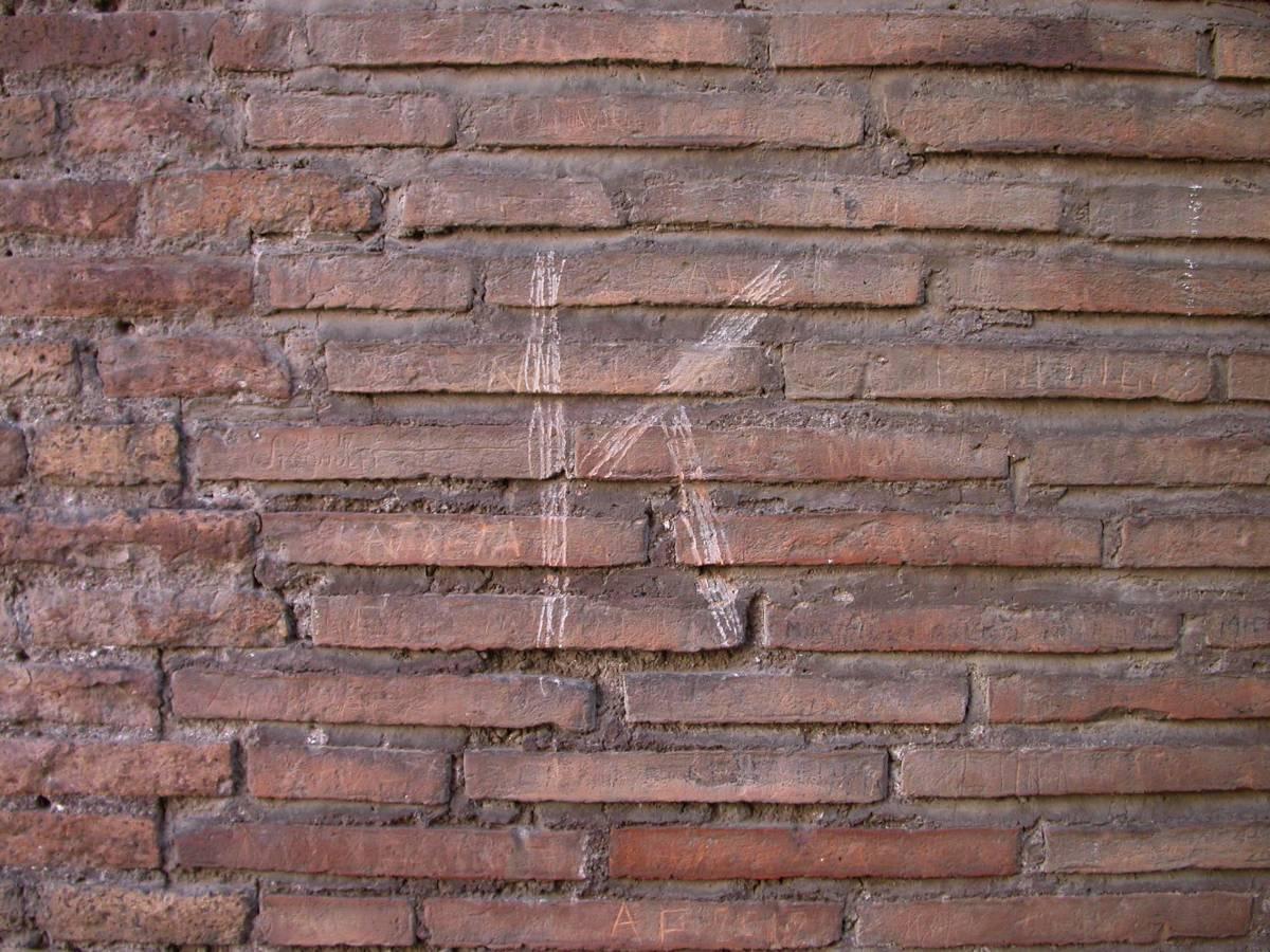 """La lettera """"K"""" su un muro del Colosseo, danneggiato da un turista russo"""