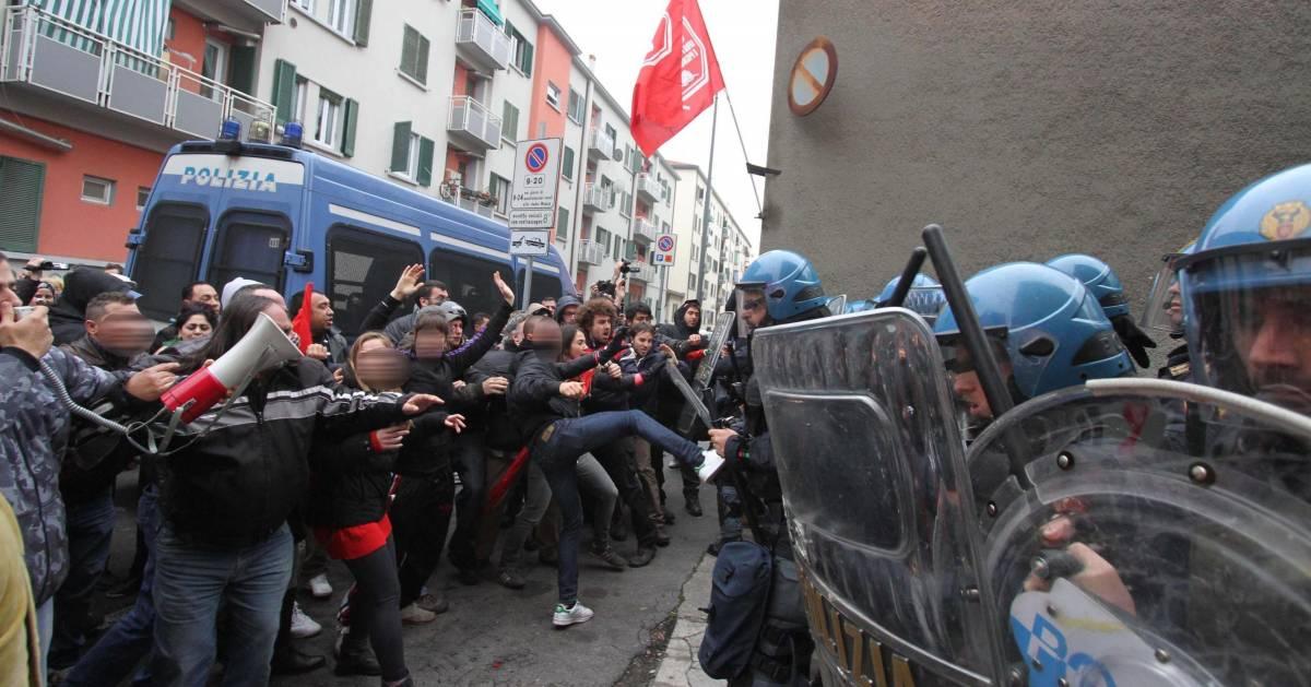 Gli anarchici sfidano Aler: occupato un ex mobilificio