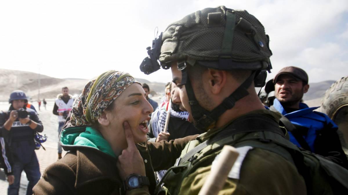 Un soldato israeliano discute con una manifestante palestinese vicino a Gerico