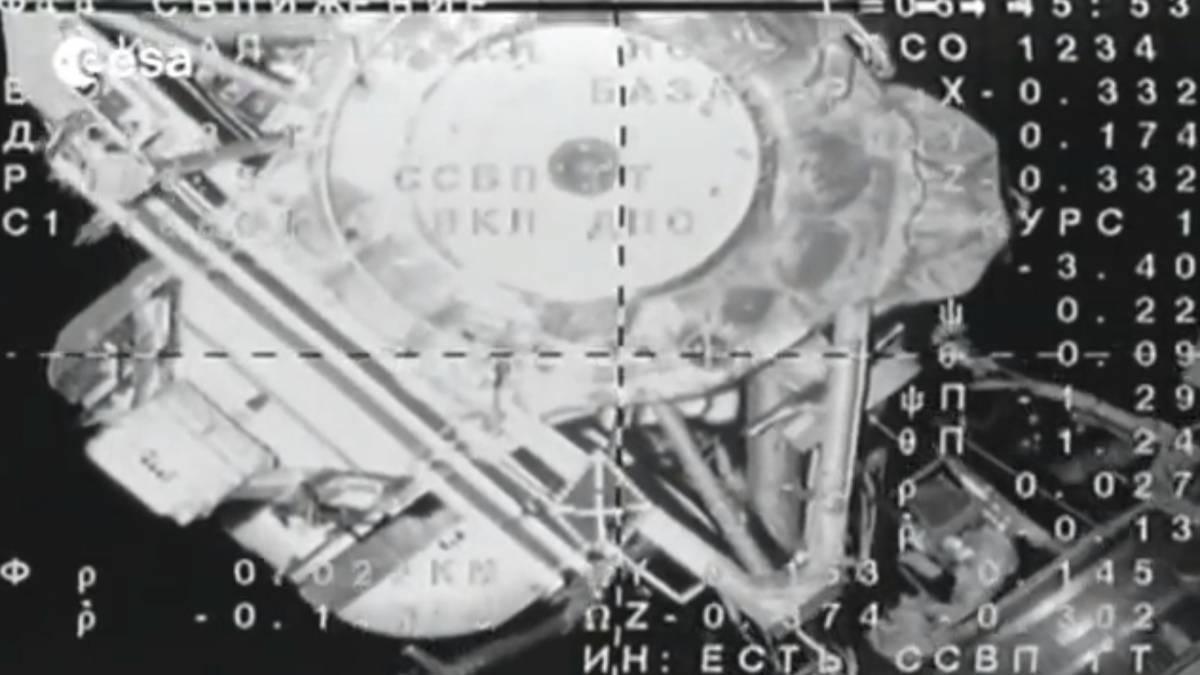 Un'immagine dal video dell'attracco alla ISS della navetta con a bordo Samantha
