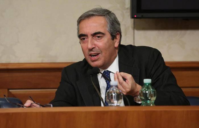 """Maurizio Gasparri contro Le Iene: """"Siete spacciatori, tossici e sciacalli"""""""