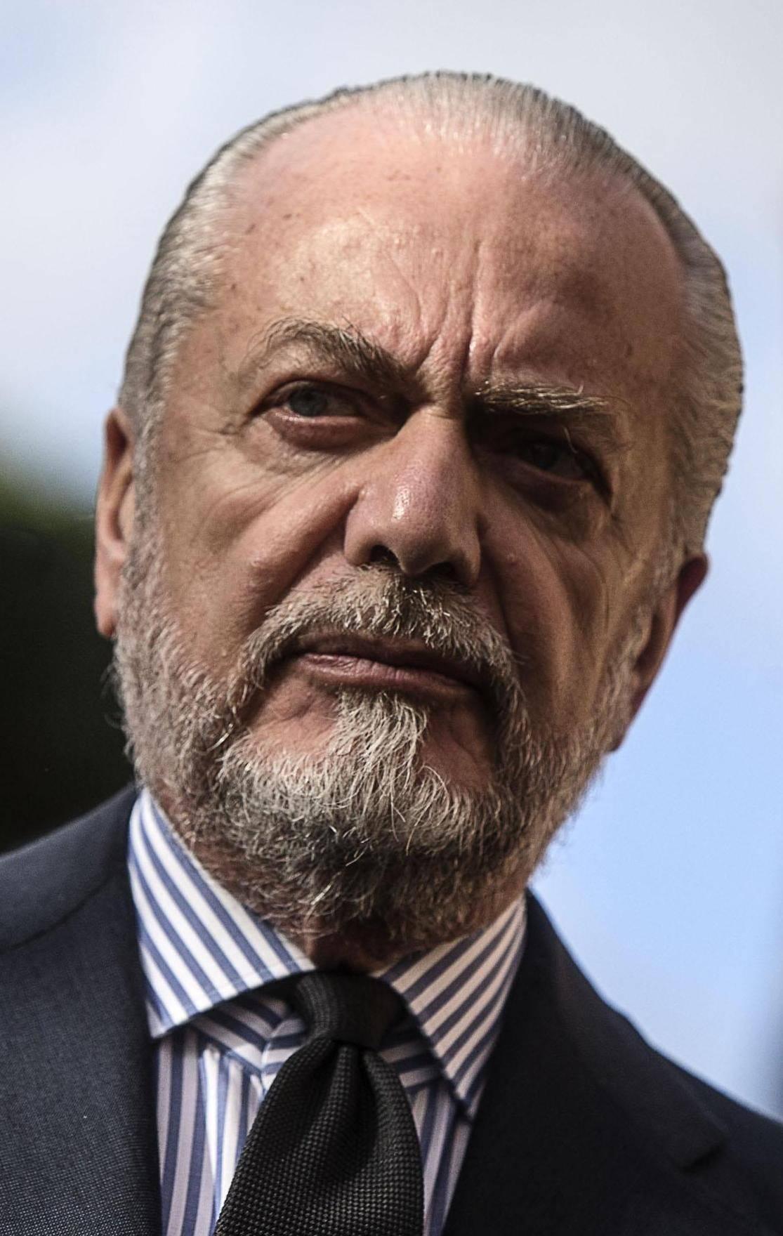 De Laurentiis, pallonata a De Magistris Il duello rusticano infiamma Napoli