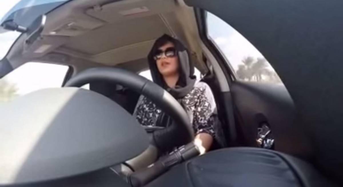 Loujain al-Hathloul alla guida di un'auto