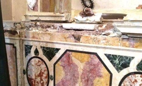 Un'immagine della chiesa di Cles devastata
