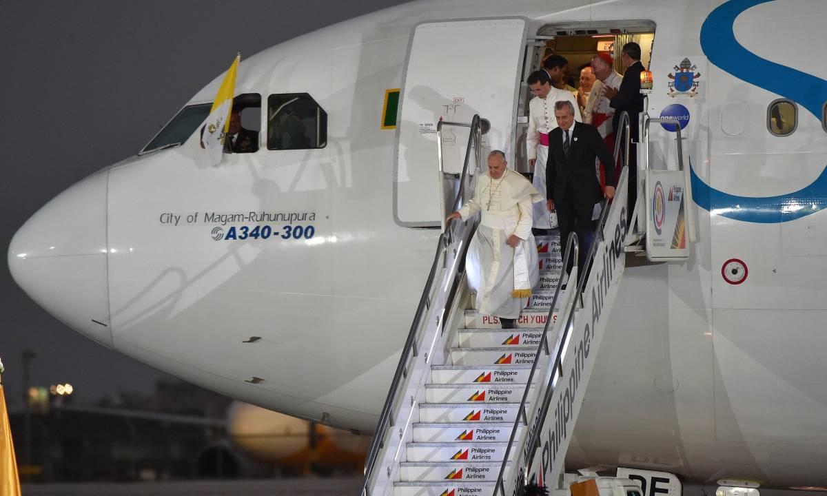 """I paletti del Papa sulla libertà di espressione: """"Pugno a chi offende mia madre"""""""