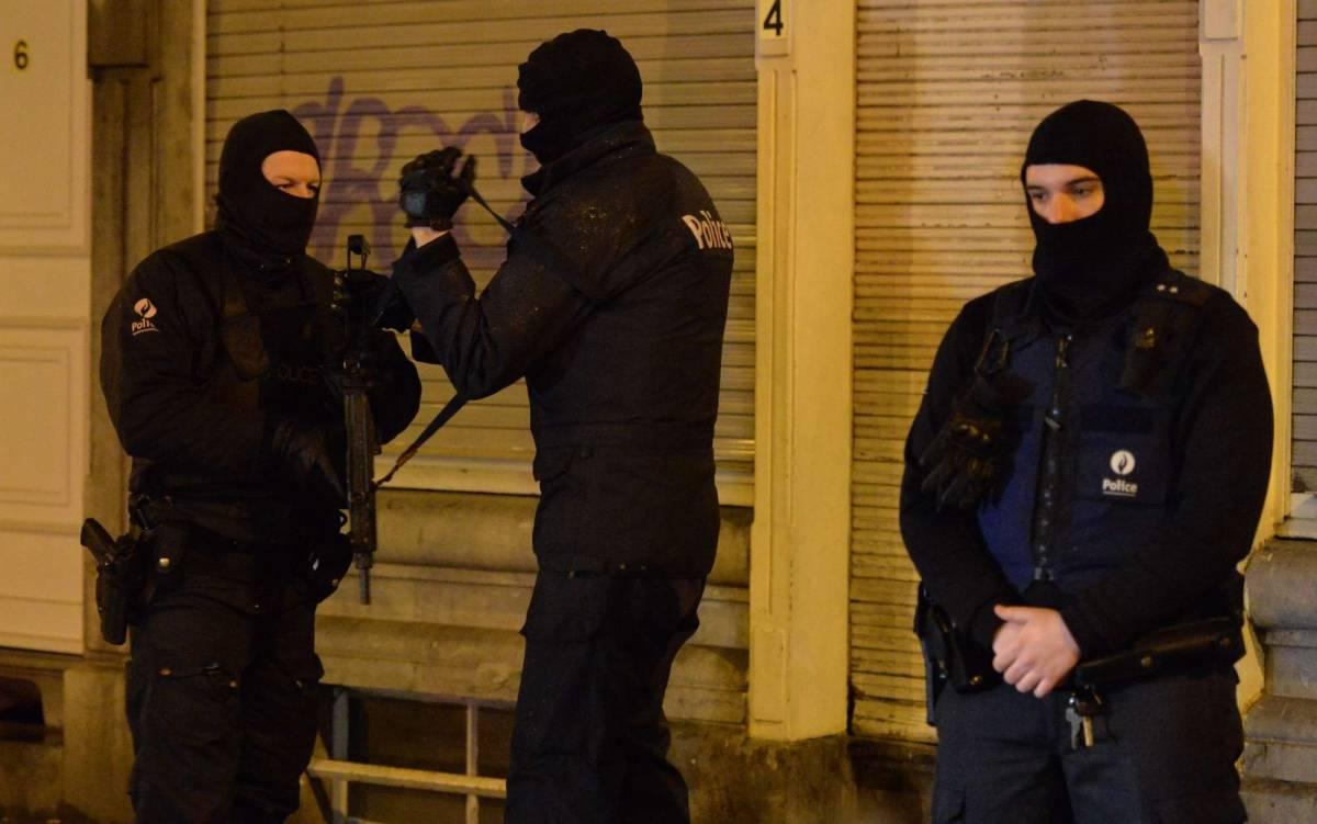 """Belgio, la polizia: """"Cerchiamo 10 kamikaze"""""""