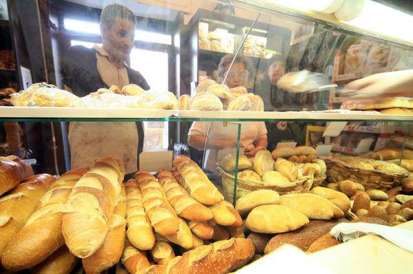 Blatte e pane cotto con infissi bruciati, panetteria chiusa dai Nas