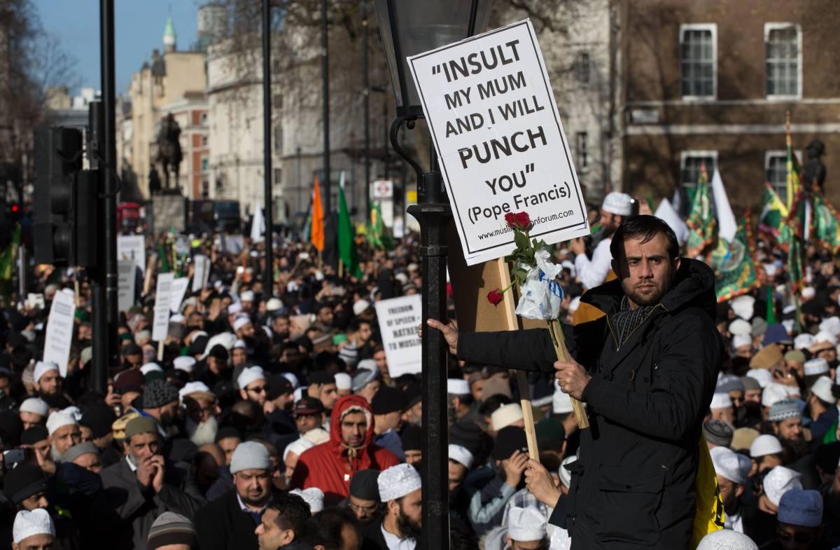 """Londra in piazza contro Charlie. I musulmani citano Bergoglio: """"Se mi insulti, ti do un pugno"""""""