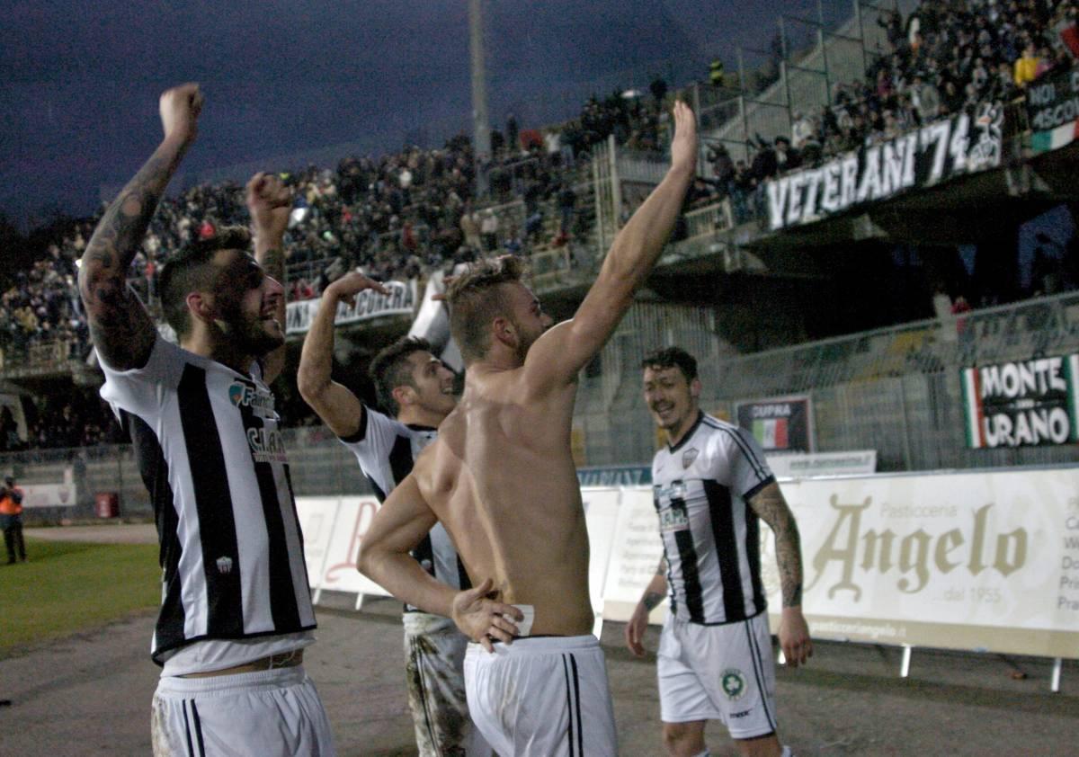 Ascoli, esulta dopo il gol con un saluto romano