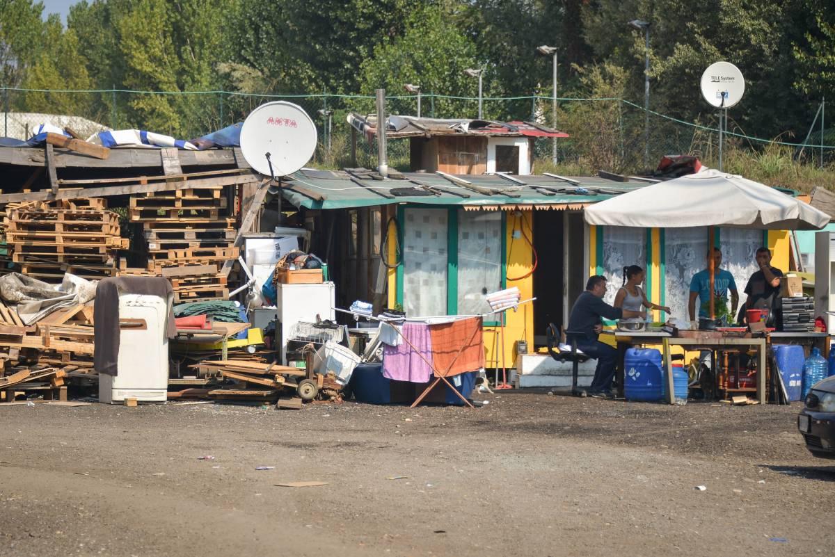 Un campo rom in una foto d'archivio