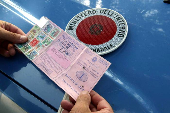 Affida l'auto al parcheggiatore abusivo: multati entrambi