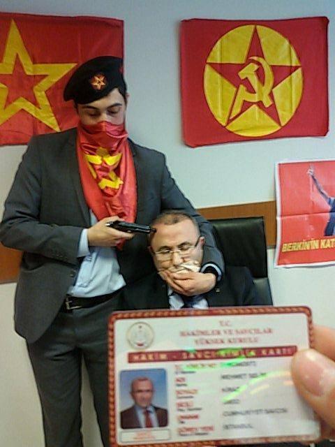 Il procuratore turco Mehmet Selim Kiraz preso in ostaggio