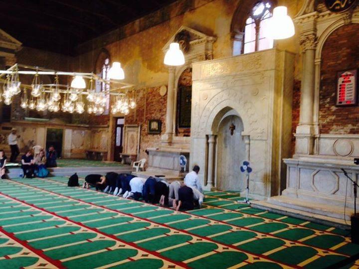 """Chiesa diventata moschea, un prof sporge denuncia: """"È abusiva, chiudetela subito"""""""