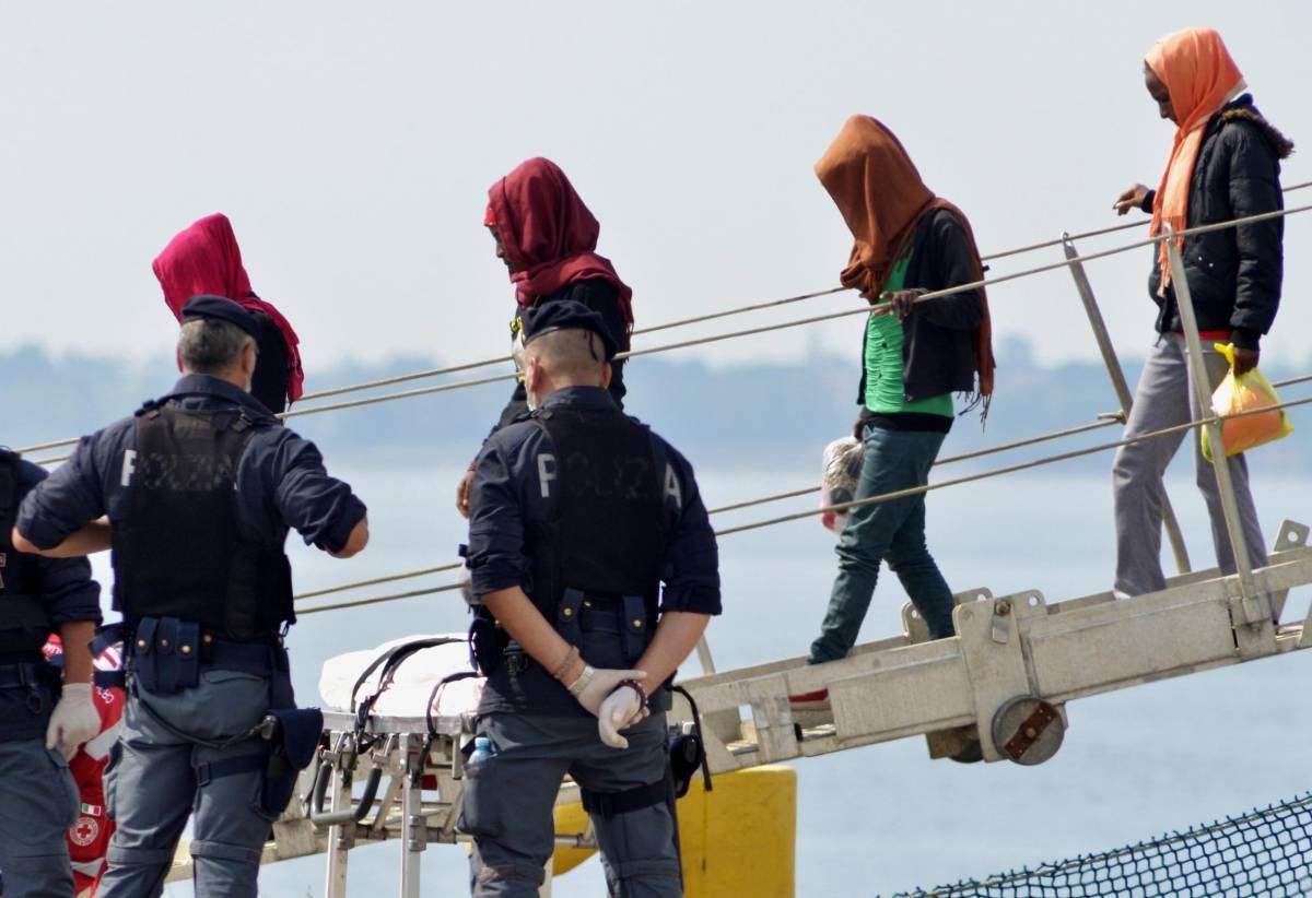 """E l'Europa punisce i poliziotti  troppo """"scortesi"""" coi migranti"""