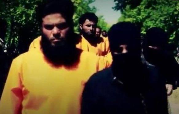 """La vendetta degli anti-Isis: uomini in nero sono fucilati dalle """"tute arancioni"""""""