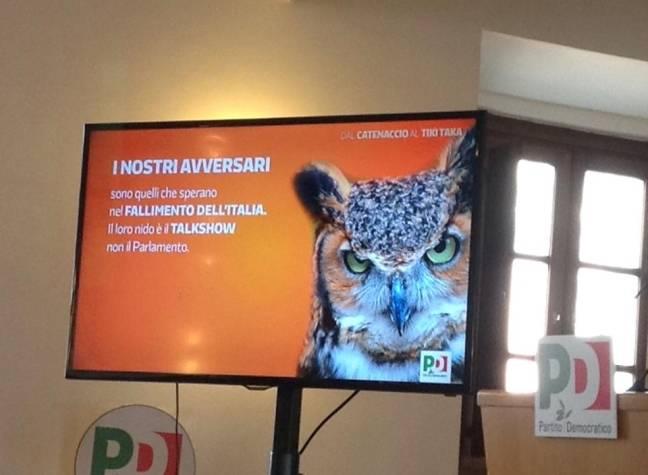 """""""Pd scarso nella comunicazione tv"""": Renzi sale in cattedra con tanto di gufo"""