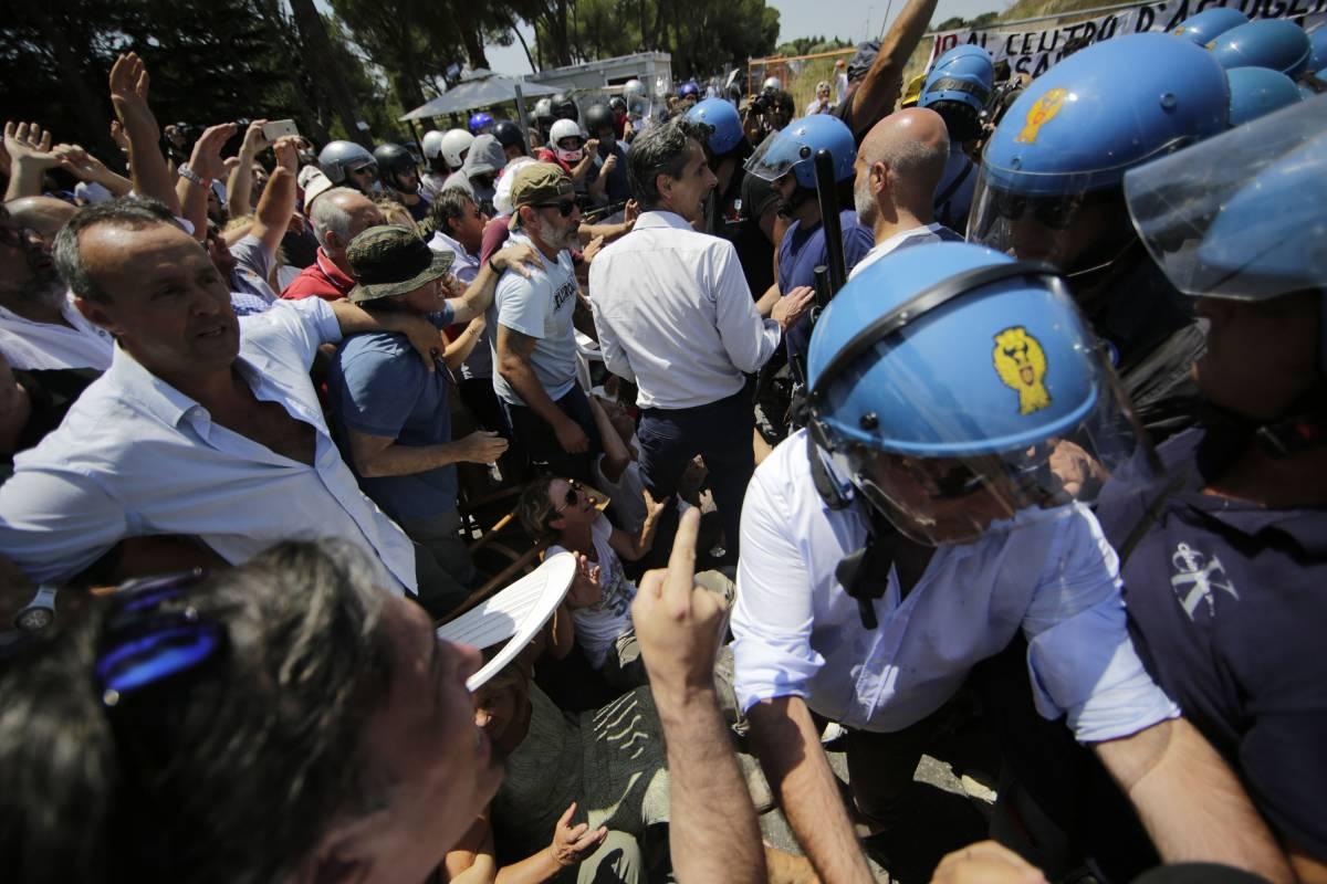 """Immigrati, polizia contro Alfano: """"Ci fa bastonare gente perbene che difende la propria casa"""""""