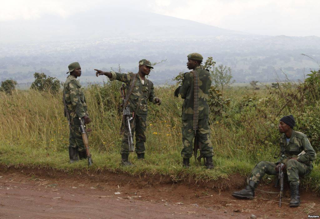 Soldati congolesi vicino alla città di Kibumba, al confine con il Rwanda