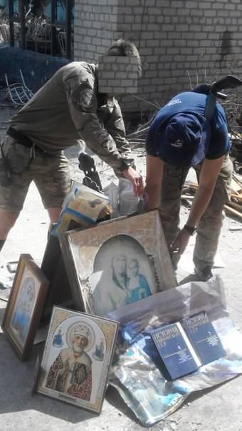 Ucraina, il battaglione Azov fa un rogo di bibbie e icone