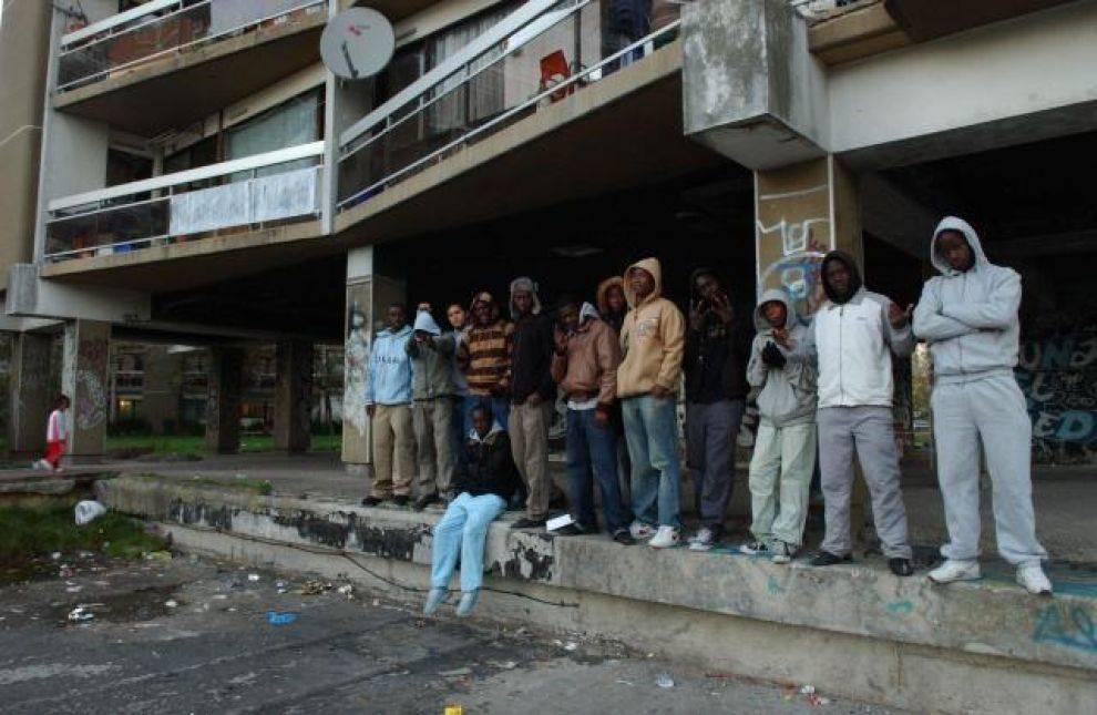 Francia, nelle banlieue la gara a chi fa più agguati alla polizia