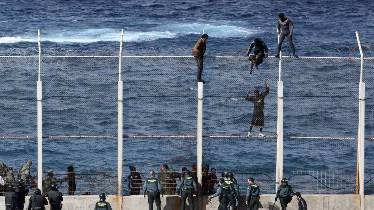 Barriere alte 6 metri e lacrimogeni Così la Spagna scongiura la crisi