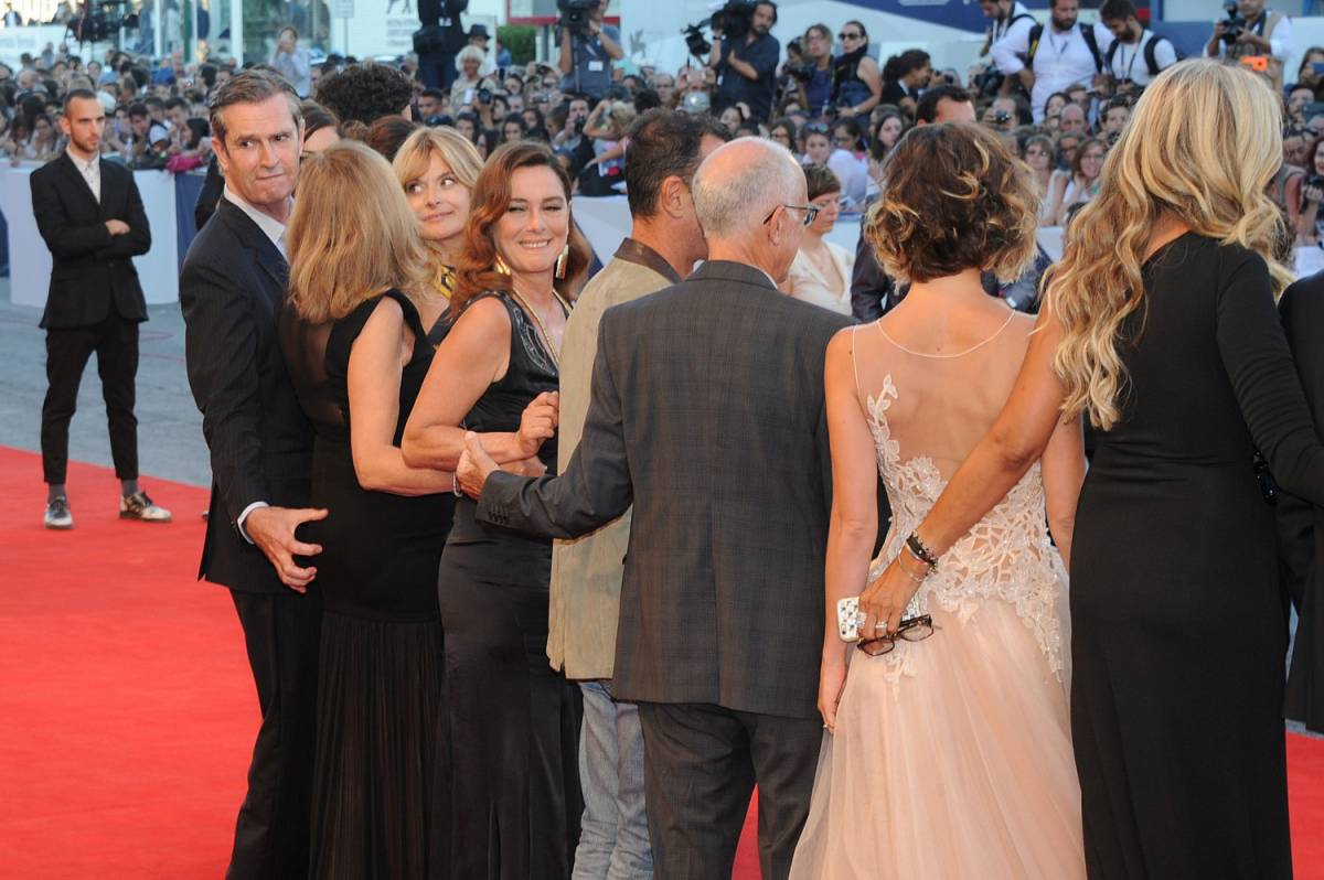 Sul red carpet Rupert Everett tocca il sedere di un'attrice