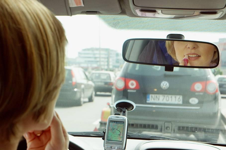 Sorpreso al cellulare mentre guidi? Niente multa se la telefonata è urgente