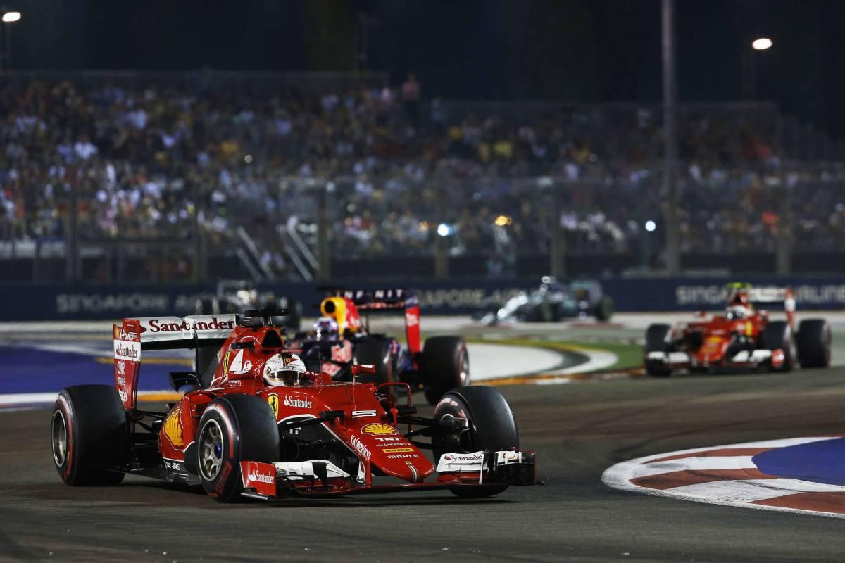 La Ferrari in retromarcia col peggior Vettel in Rosso